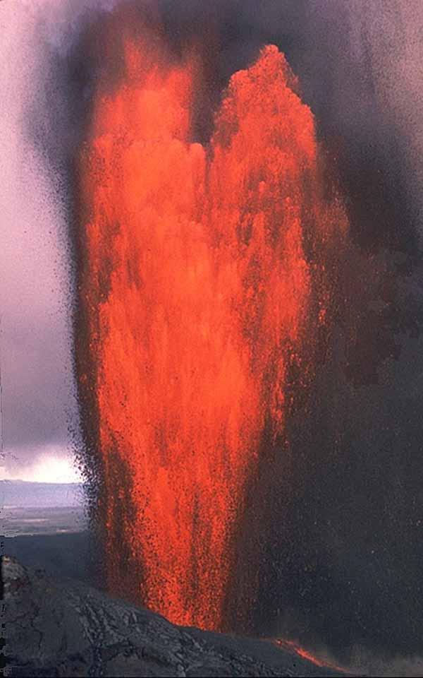 Извержение конуса Пуу Оо вулкана Килауэа, Гавайи. Фотография J.D Griggs, 4 февраля 1985 года.